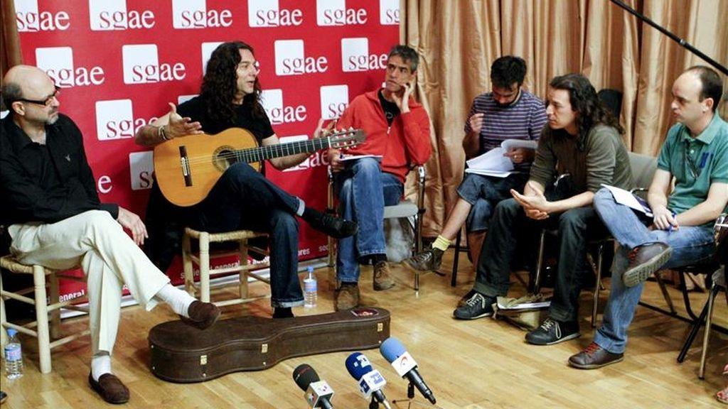 El músico almeriense Tomatito (2i), durante la clase magistral que impartió hoy dentro de las actividades formativas de la Fundación Autor de la SGAE, en Madrid. EFE