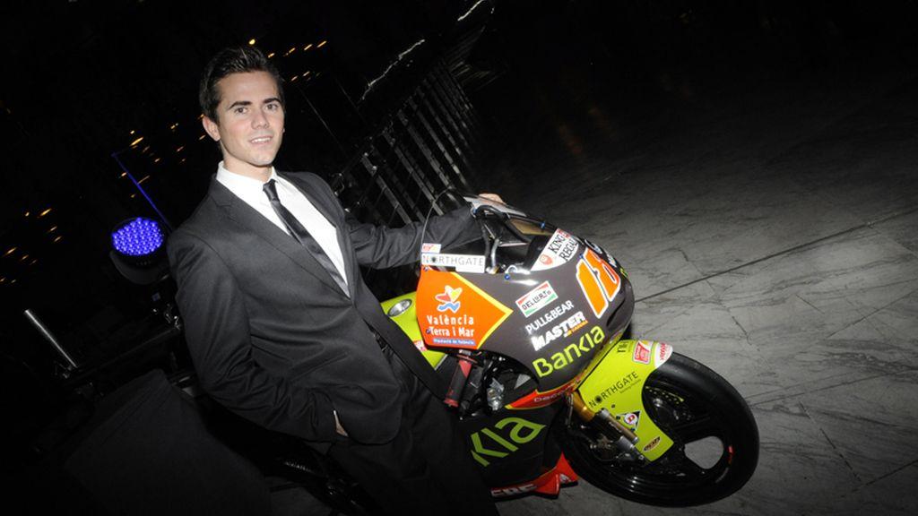 Ni con el traje se olvida Nico Terol de las dos ruedas