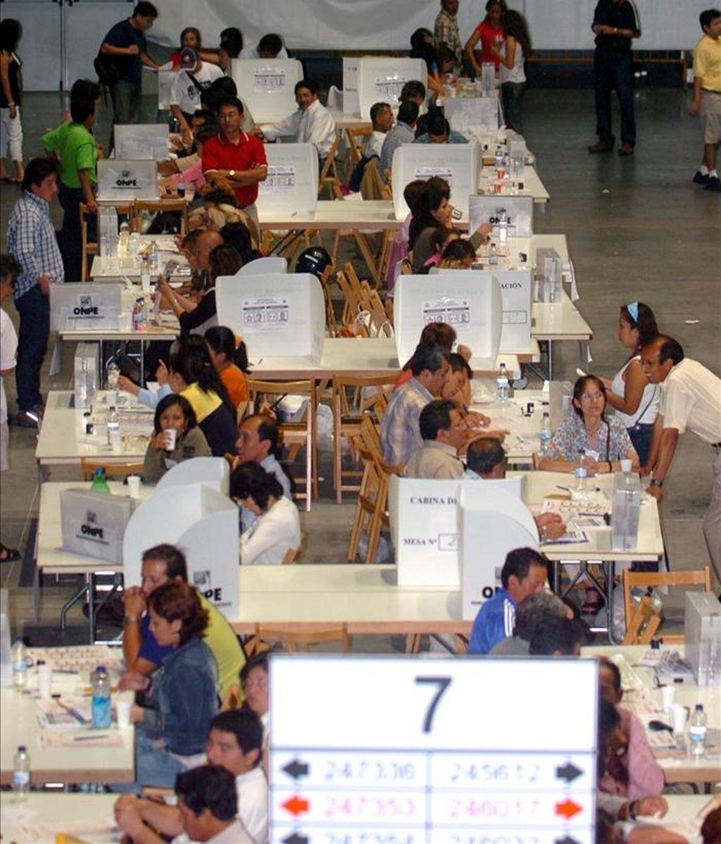 Inmigrantes peruanos residentes en España durante las votaciones de las elecciones presidenciales de Perú de 2006 en las mesas electorales instaladas en Madrid. EFE/Archivo