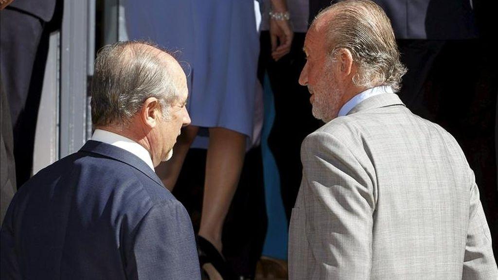El Rey Juan Carlos y el presidente del Banco Financiero y de Ahorros (Bankia), Rodrigo Rato (i), conversan en la escalinata del Palacio de la Zarzuela durante la audiencia hoy a los miembros del consejo de administración de esta entidad que agrupa el negocio de Caja Madrid, Bancaja, La Caja de Canarias y otras cuatro cajas. EFE