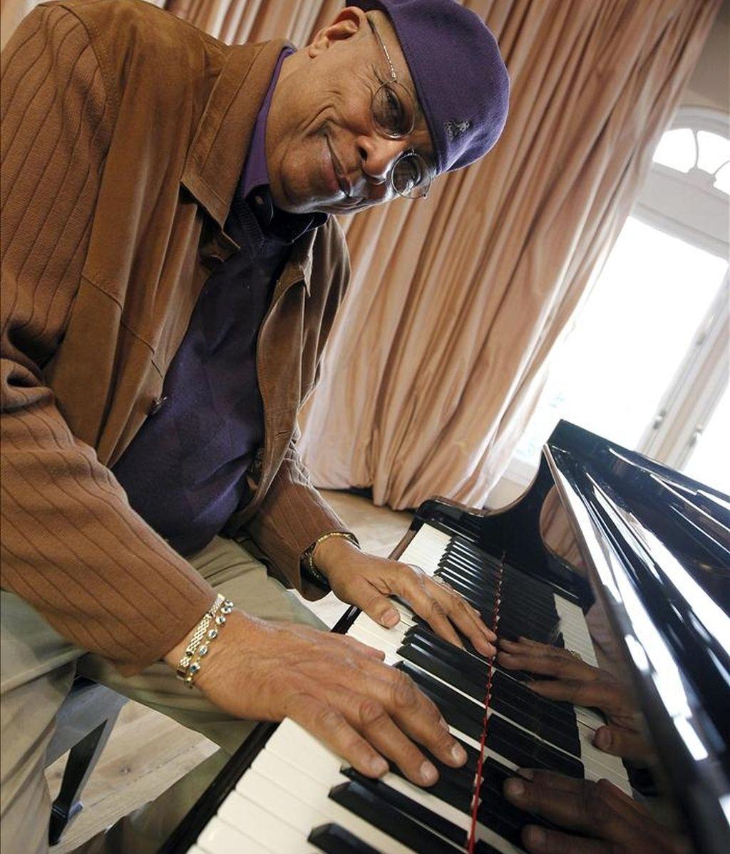 """El pianista cubano Dioniso de Jesús """"Chucho Valdés"""", que será investido, junto a Bebo Valdés, Doctor Honoris Causa por el Berklee College of Music de Boston (EEUU) el 7 de mayo, durante una entrevista con Efe en la que ha dicho que este hecho es un reconocimiento que dará """"una dimensión mayor al conjunto de los músicos que comparten las raíces del jazz latino"""". EFE"""