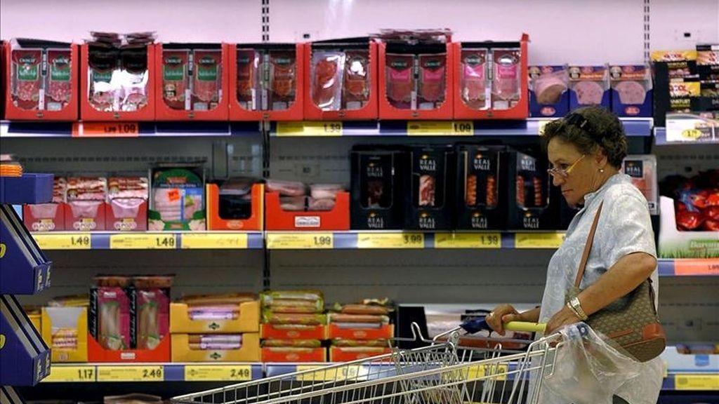 ESPAÑA-SUBIDA IVA:VD04. VALLADOLID, 01/07/2010.- Los grandes grupos de distribución afrontan con distintas estrategias empresariales y comerciales la subida del IVA que hoy se ha llevado a cabo. En la imagen, uno de los supermercados de la compañía Lidl, que ha congelado los precios de sus productos desde el pasado 1 de junio. EFE/NACHO GALLEGO