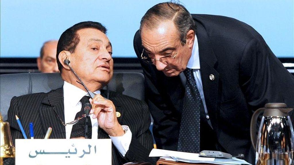 Imagen de archivo fechada el 19 de enero de 2011 en la que se ve al ex presidente egipcio Hosni Mubarak (i) hablando con su jefe de gabinete Zakaria Azmi (d) durante una cumbre en Sharm el-Sheikh, Egipto. EFE