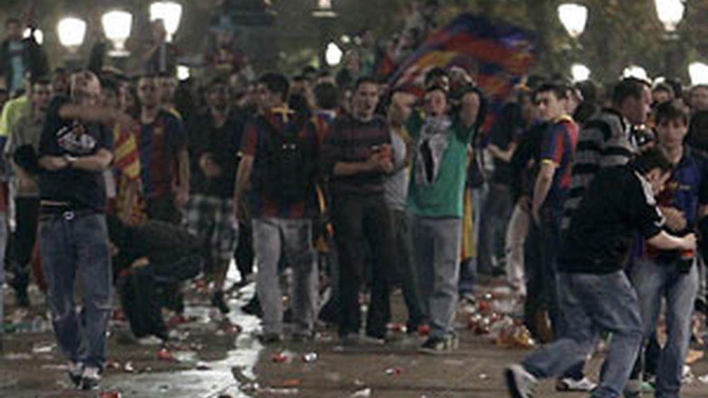 La fuente de Canaletas volvió a vivir una batalla campal entre policía y aficionados. Foto: EFE