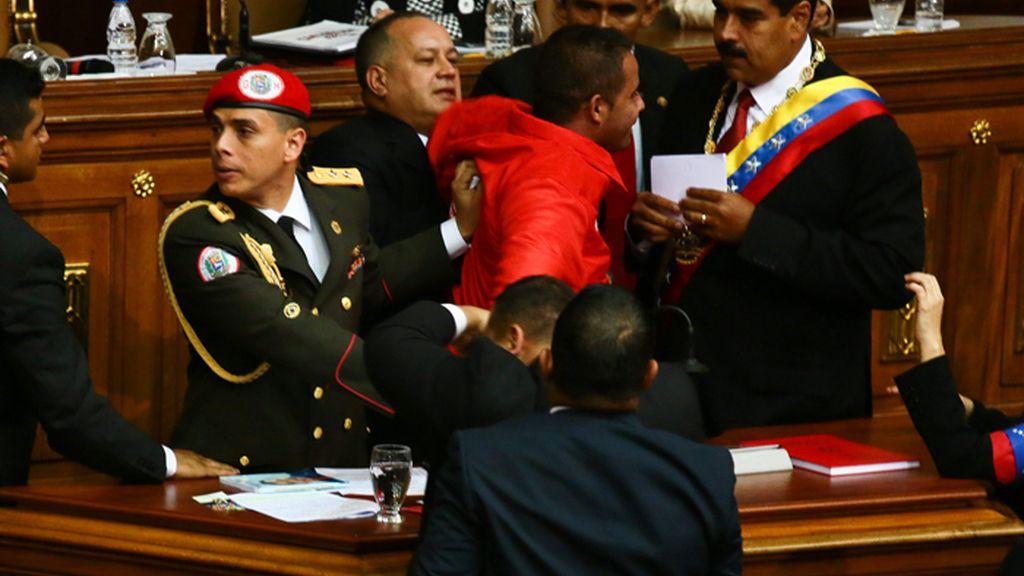 Un espontáneo interrumpe la investidura de Nicolás Maduro