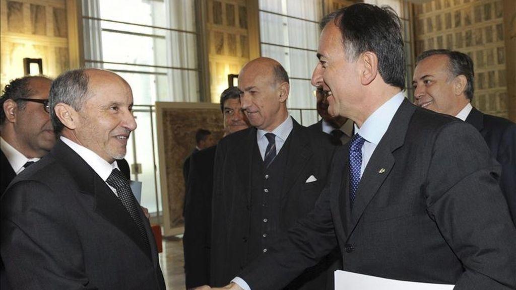 El presidente del Consejo nacional Transitorio de Libia (CNT), Mustafá Abdel Jalil, (i), es recibido por el ministro italiano de Exteriores Franco Frattini en Roma, Italia. EFE