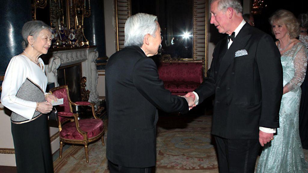 Los emperadores de Japón, Akihito y Michiko con Carlos y Camilla, duques de Cornualles