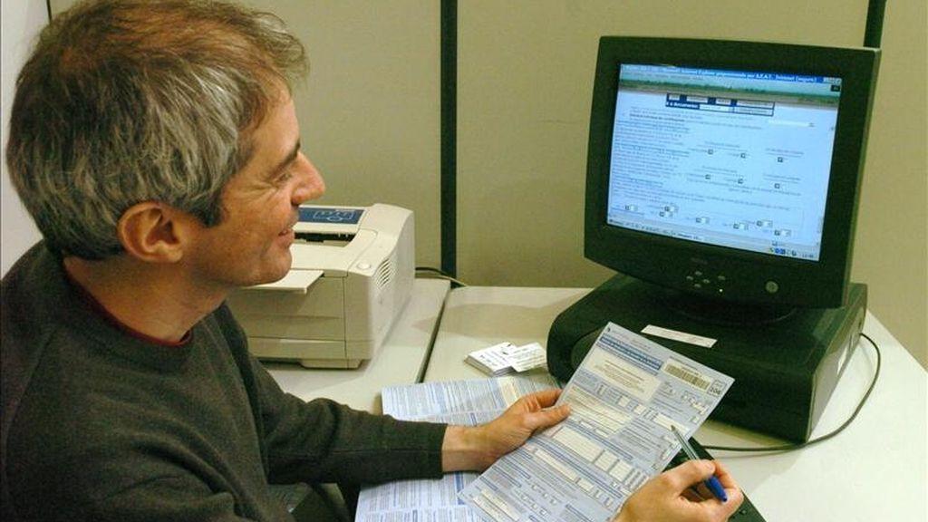 Un funcionario tramita una solicitud durante la Campaña de Renta. EFE/Archivo