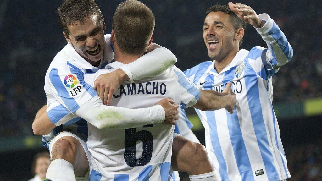 El centrocampista del Málaga, Ignacio Camacho (2i), celebra el segundo gol del equipo malacitano con sus compañeros, el portugués Eliseu (i) y el brasileño, Weligton, durante el encuentro correspondiente a la ida de los cuartos de final de la Copa del Rey