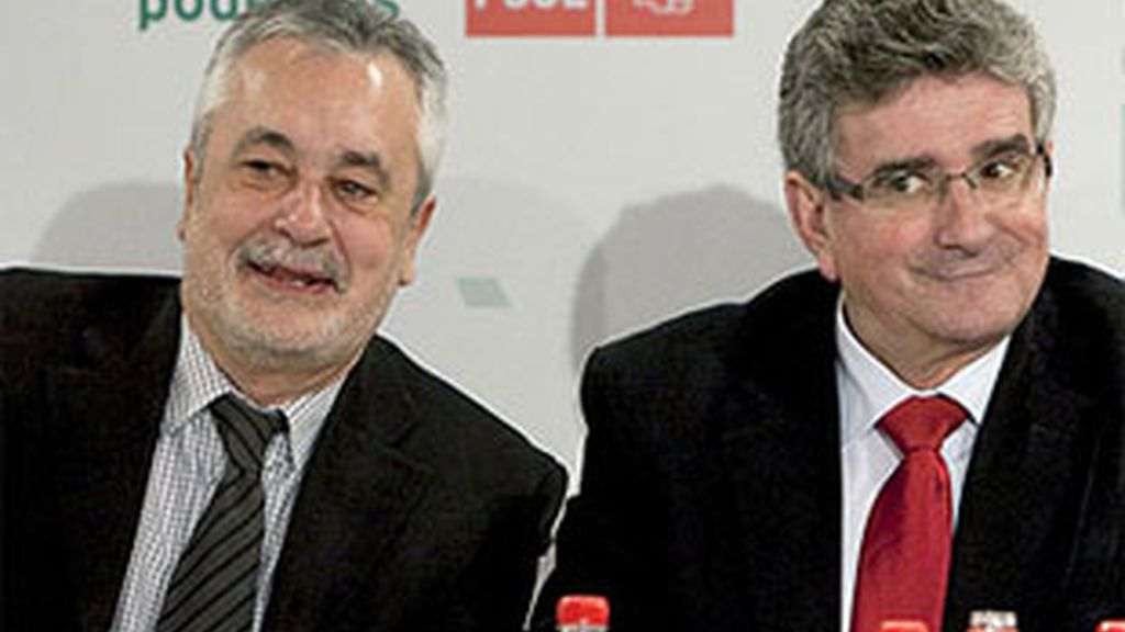 Imagen de archivo del presidente andaluz, José Antonio Griñán, y el ahora dimitido Luis Pizarro. FOTO: EFE.