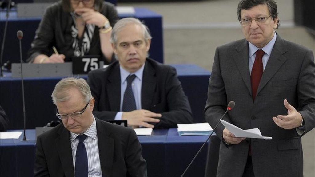 El presidente de la Comisión Europea, Jose Manuel Durao Barroso (d), interviene en pleno de la Eurocámara hoy, martes 5 de abril. EFE/Archivo
