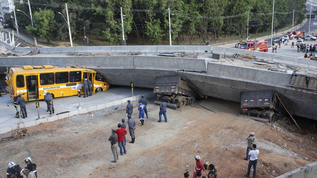 Un viaducto aplasta un autobús y deja dos muertos en Belo Horizonte, Brasil