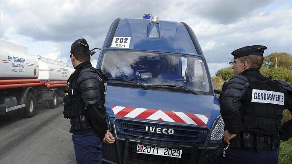 Dos gendarmes vigilan en una carretera de Francia. EFE/Archivo
