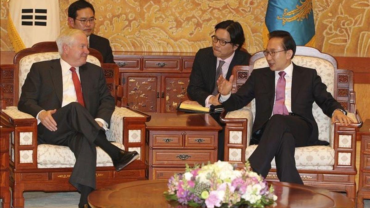 El presidente surcoreano Lee Myung-Bak (dcha) conversa con el secretario de Defensa Robert Gates (izda) durante su reunión en la oficina presidencial Cheong Wa Dae en Seúl (Corea del Sur) hoy, viernes, 14 de enero de 2011. EFE