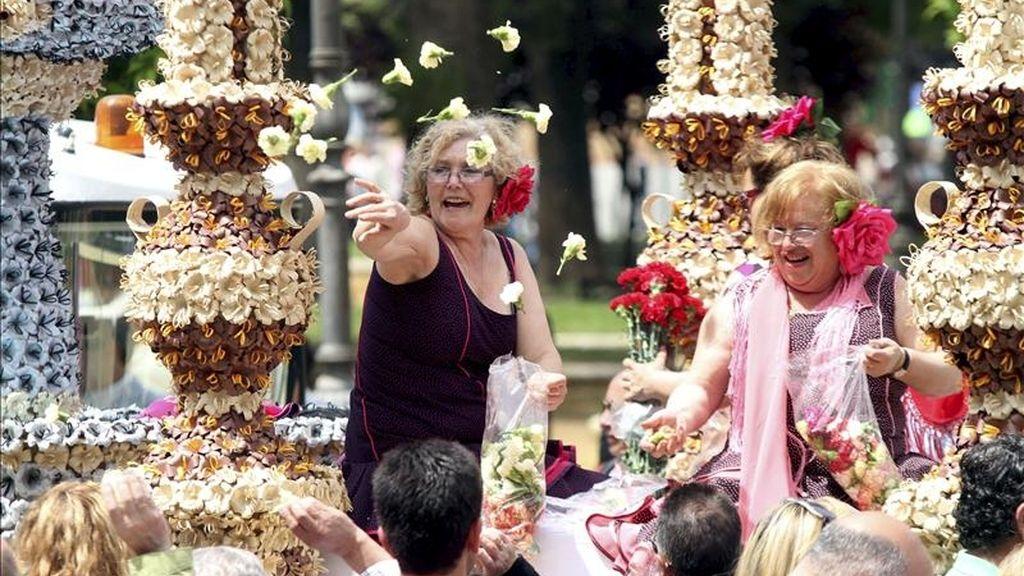 Cientos de personas se congregan en la batalla de las flores, que da el pistoletazo de salida del Mayo Festivo Cordobés y que se celebra hoy en Córdoba. EFE
