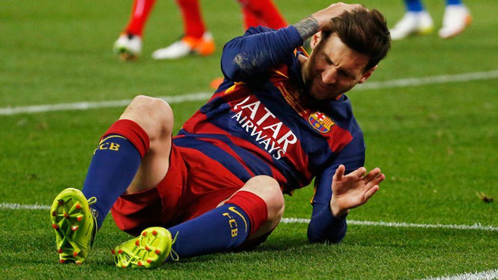 ¡Tremendo choque entre Carriço y Messi! Golpe en la cabeza en un balón dividido