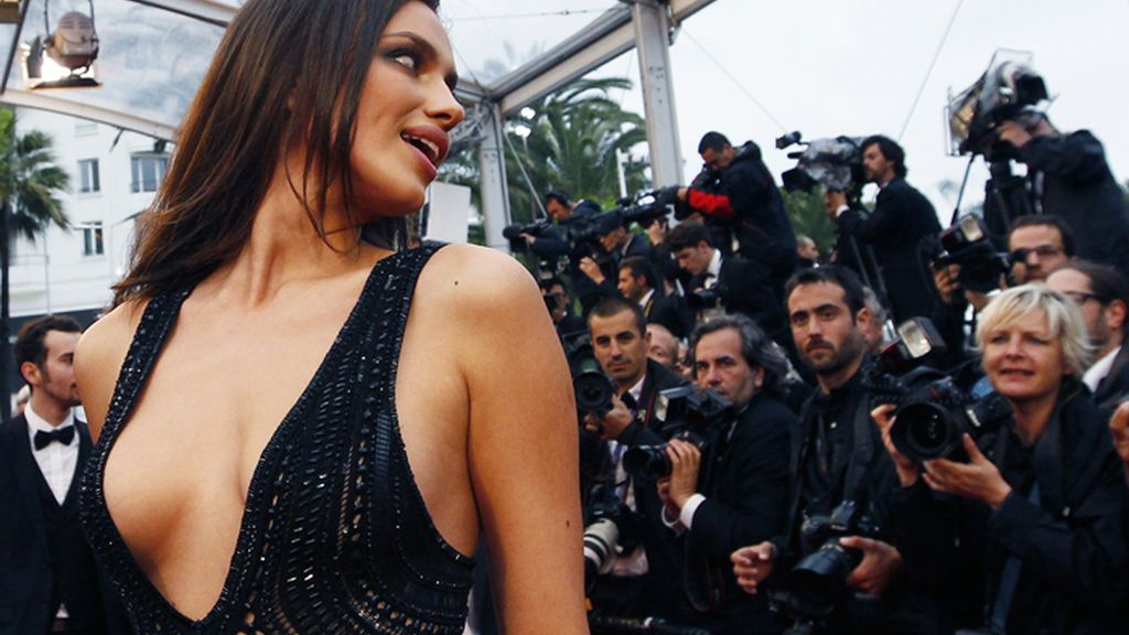 La modelo Irina Shayk se luce en la alfombra roja de Cannes