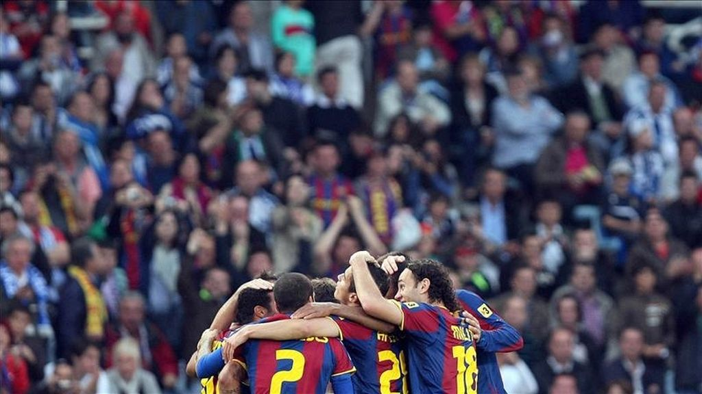 El centrocampista del FC Barcelona Thiago Alcántara (i) celebra su gol con sus compañeros Daniel Alves (2i), Ibrahim Afellay (2d) y Gabi Milito (d), entre otros, durante el partido, correspondiente a la trigésima cuarta jornada del Campeonato Nacional de Liga de Primera División, que enfrenta esta tarde al conjunto blaugrana con la Real Sociedad en el estadio de Anoeta. EFE