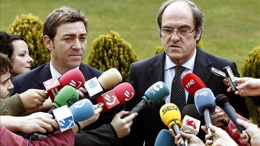 El ministro de Educación, Ángel Gabilondo (dcha), junto al secretario general de los socialistas navarros, Roberto Jiménez, responde a las preguntas de los periodistas antes de reunirse con representantes de la comunidad educativa navarra. EFE