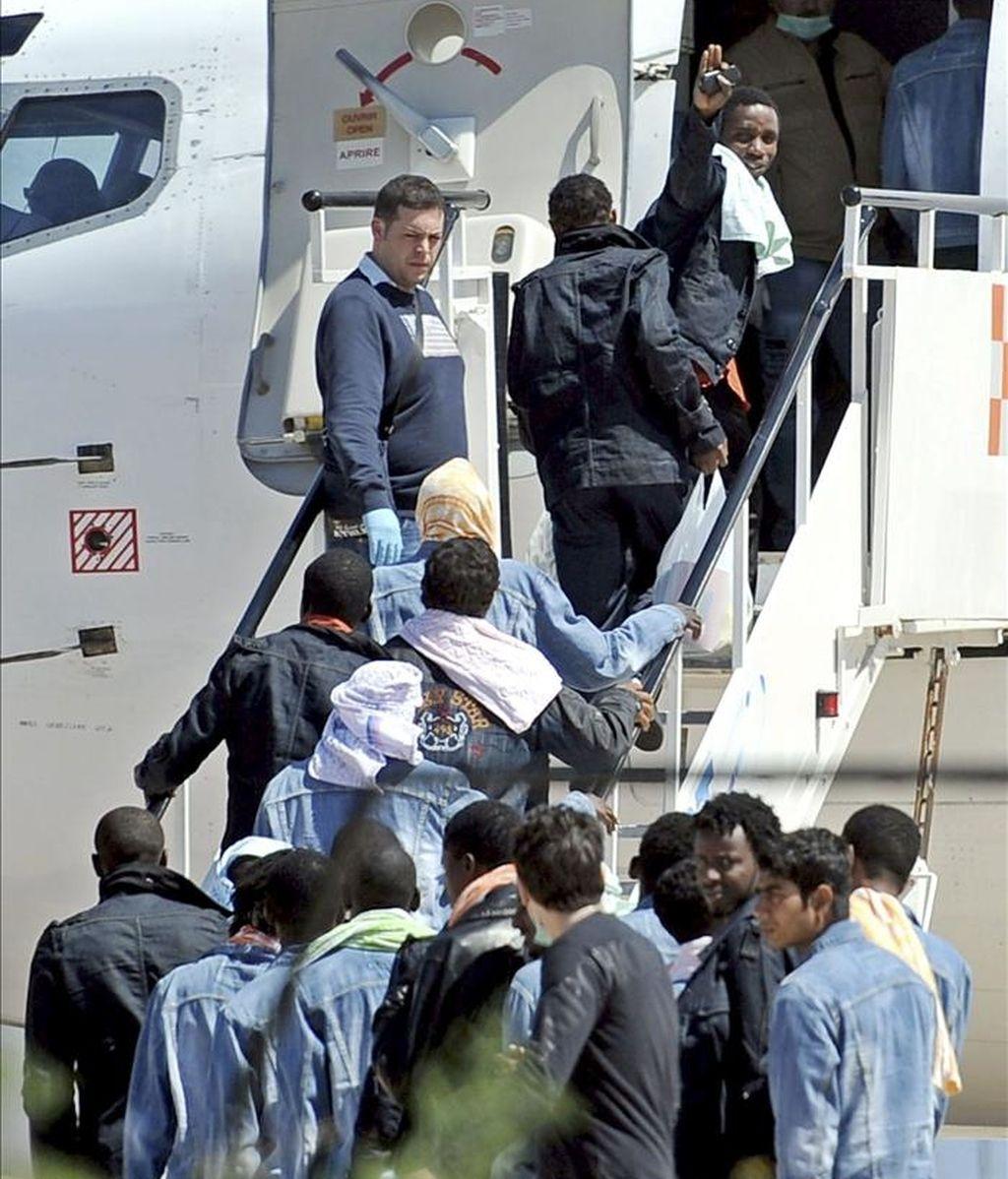 Algunos de los 53 supervivientes del naufragio de ayer en las proximidades de la isla de Lampedusa, embarcan en un avión en el aeropuerto de Lampedusa, Italia. EFE