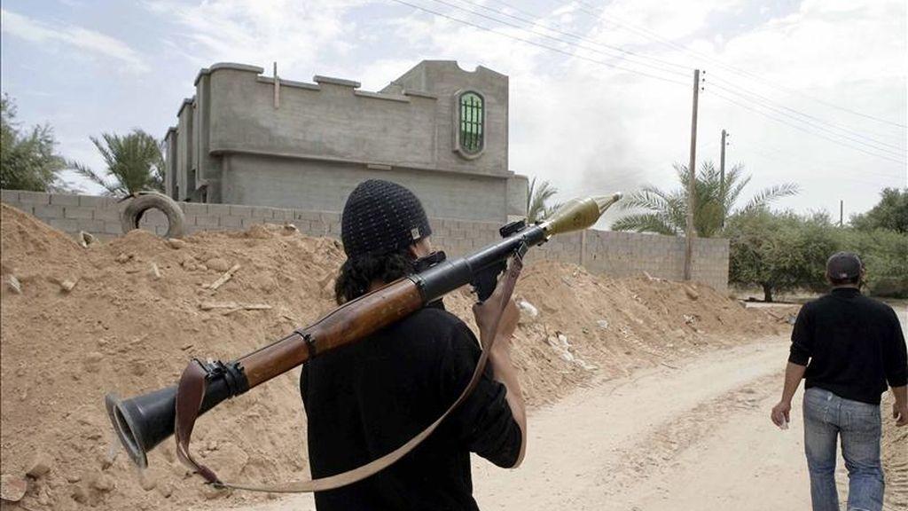 Rebeldes libios caminan por una calle durante un enfrentamiento contra fuerzas gadafistas en Misrata (Libia), el pasado sábado 30 de abril. EFE/Archivo