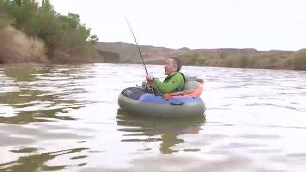 El siluro que se resiste: Kike se mete en flotador para pescarlo