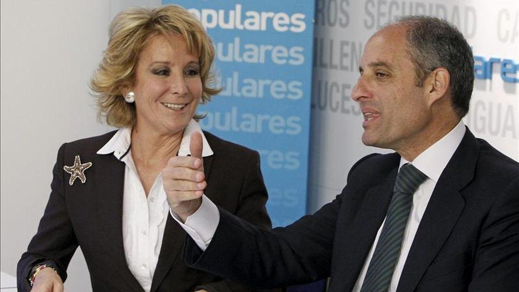 En la imagen, la presidenta del PP de la Comunidad de Madrid, Esperanza Aguirre, junto al presidente del PP en la Comunidad Valenciana, Francisco Camps. EFE/Archivo
