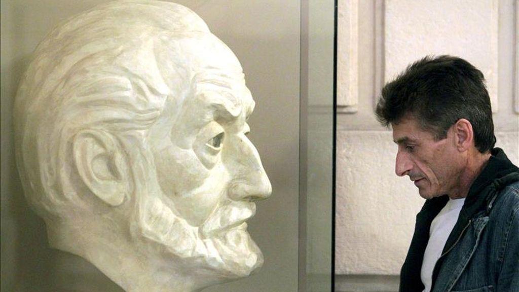 Un hombre observa el busto del escritor de Miguel de Unamuno. EFE/Archivo