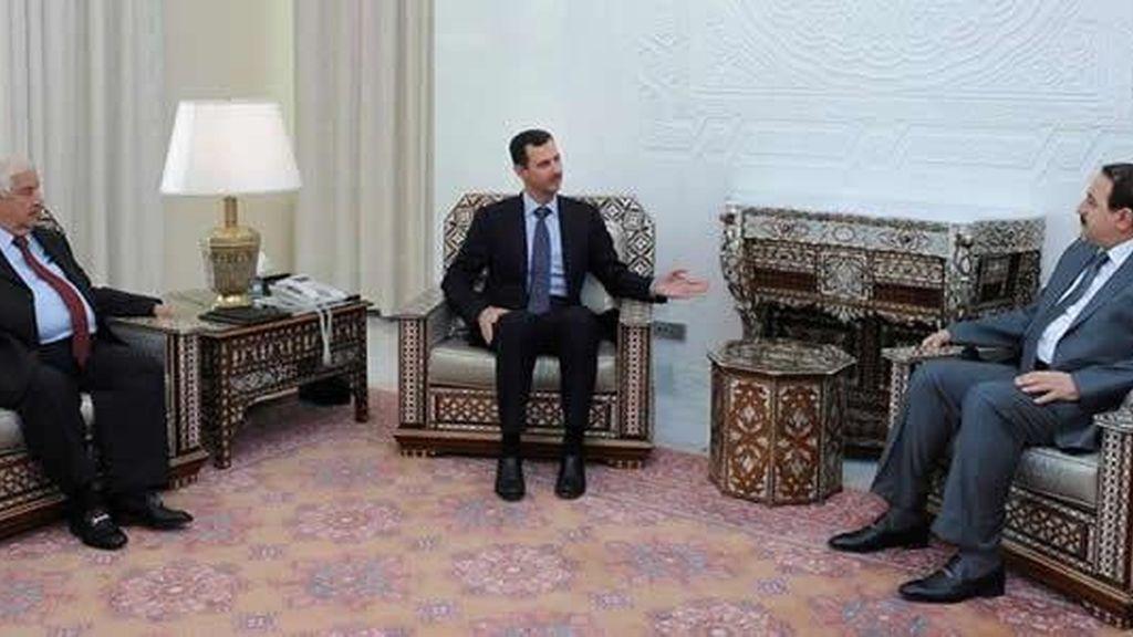 El ministro, a la izquierda del presidente sirio. Foto: EFE / Archivo.
