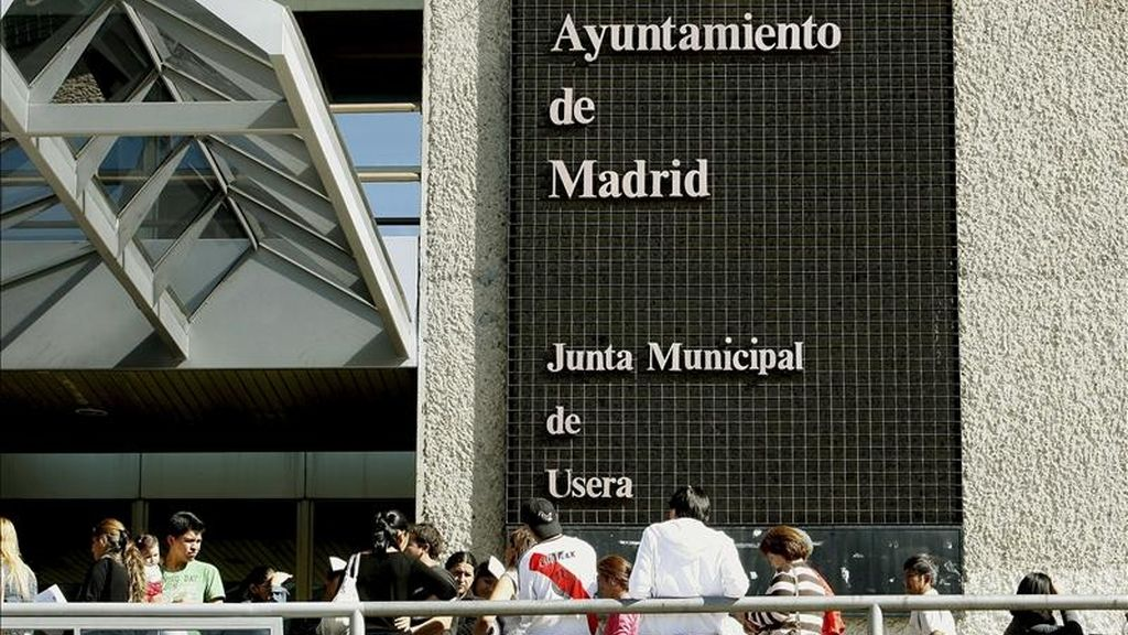 Un grupo de bolivianos residentes en España hacen cola en Madrid para registrarse en el padrón. EFE/Archivo