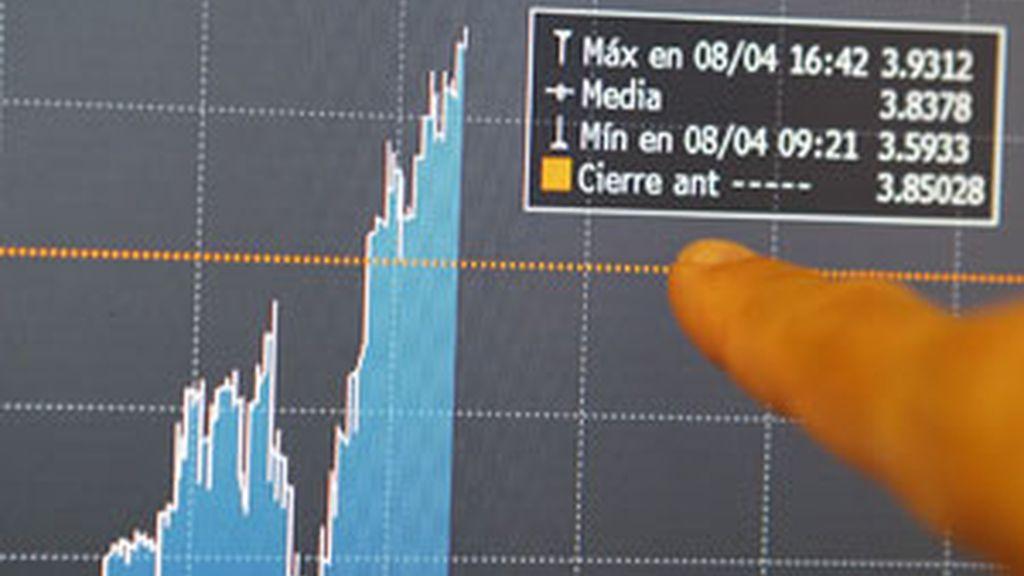 La inestabilidad se volvió a adueñar del mercado de deuda el jueves, ya que la prima de riesgo de España registró un leve descenso al cierre de la jornada, hasta situarse en 385 puntos básicos. Foto: EFE