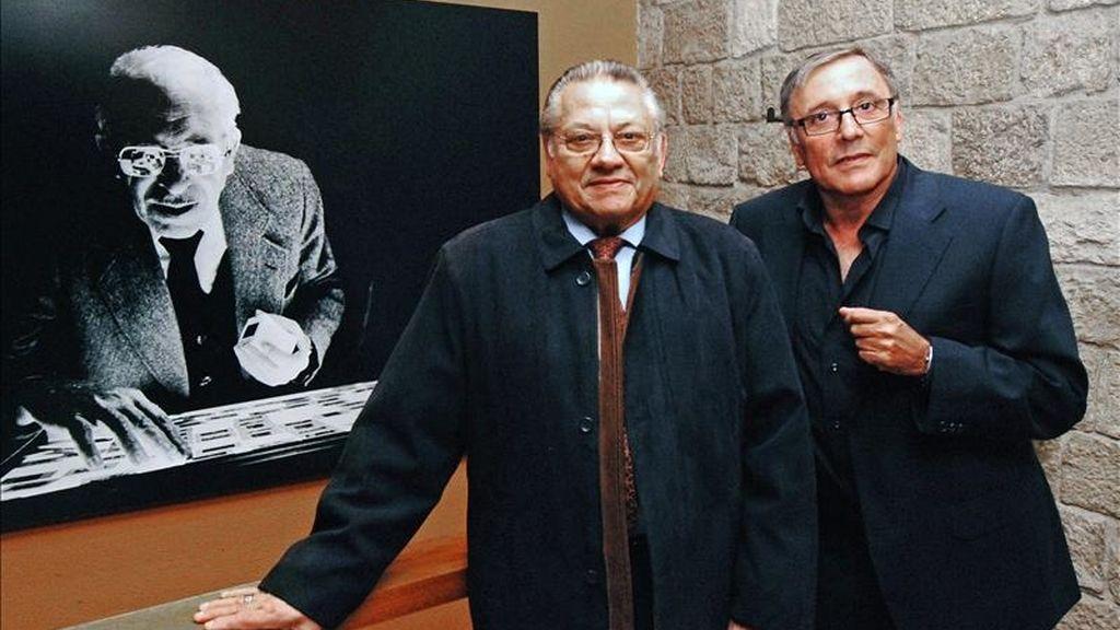 Los hijos de Centelles, Sergi (i) y Octavi, posan ante una foto de su padre y mostrada en la exposición 'Agustí Centelles. Las vidas de un fotógrafo (1909-1985)'. EFE/Archivo