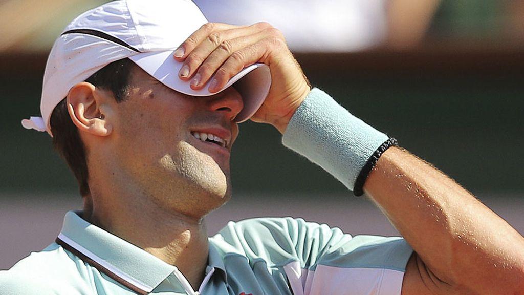 El serbio se tapa los ojos tras un error durante el último set