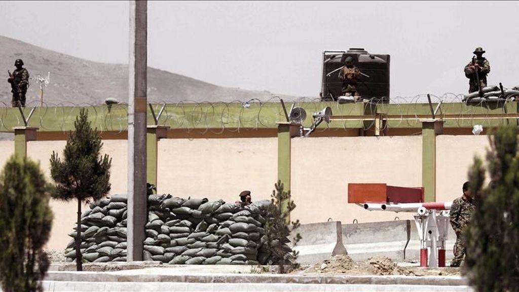 Soldados afganos vigilan una base aérea militar cercana al aeropuerto internacional de Kabul, Afganistán. EFE