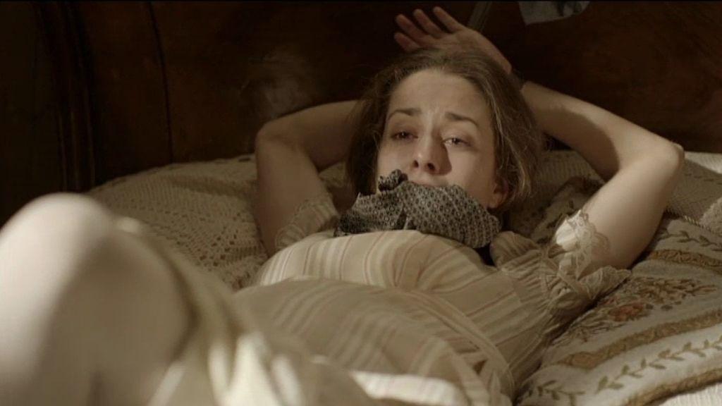 Le ha dado un bofetón y la ha atado a la cama