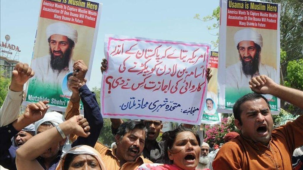 Paquistaníes gritan consignas contra la muerte de Osama bin Laden, el fallecido líder de la red terrorista Al Qaeda, durante una manifestación en Multan (Pakistán). EFE
