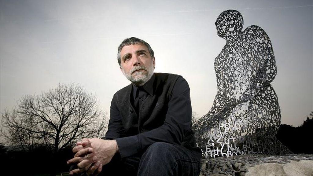 Fotografía facilitada por Yorkshire Sculpture Park del artista español Jaume Plensa junto a una de sus obras en el parque escultórico de Yorkshire, un espacio natural de 400 hectáreas en el norte de Inglaterra. EFE