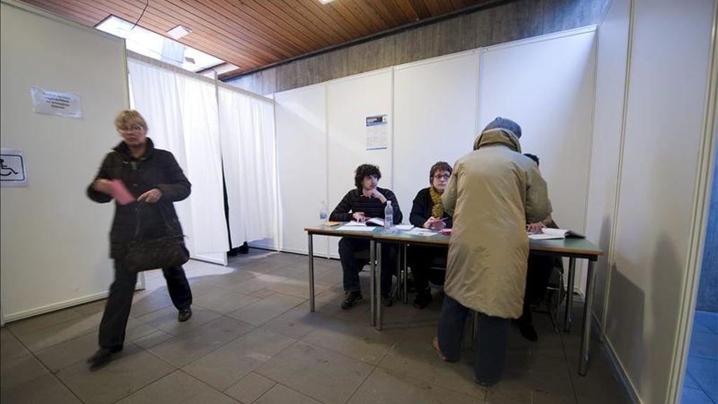 Varios ciudadanos islandeses depositan su papeleta en una urna en el centro de votaciones de Reykjavik (Islandia), el 6 de marzo de 2010. Los islandeses votan hoy nuevamente en referendum sobre los 5.4 billones de dólares que tienen que devolver a los inversores ingleses y holandeses después del colpaso del banco de Islandia. EFE/Archivo