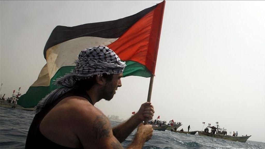 El activista italiano Vittorio Arrigoni mientras participa en una protesta en una barca en la costa de la Franja de Gaza. EFE/Archivo