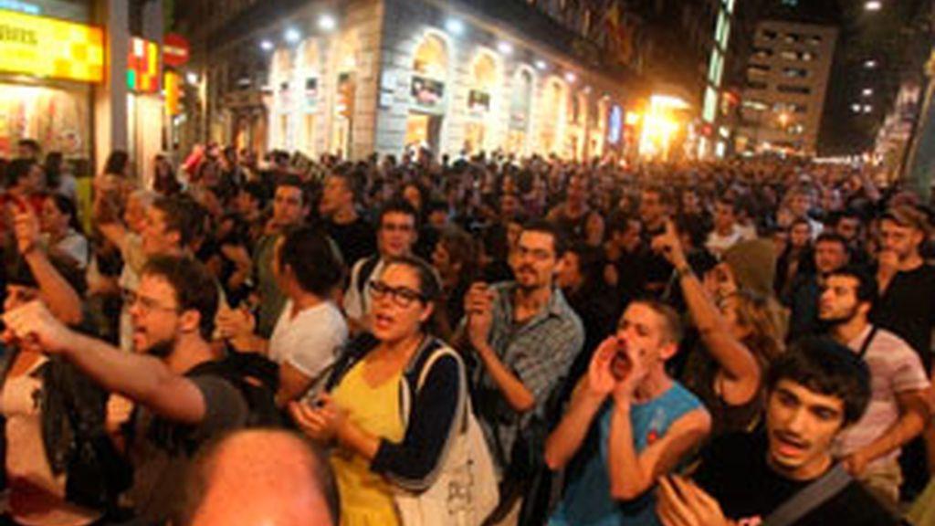 Concentración de indignados para exigir que los detenidos por su presunta implicación en el acoso a parlamentarios queden libres. Vídeo: Informativos Telecinco.
