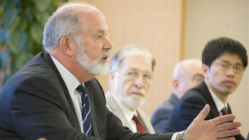 El líder de la misión de análisis del Organismo Internacional de Energía Atómica (OIEA), Michael William Weightman (i), durante la reunión que celebraron en Tokio (Japón), el pasado miércoles 24. EFE