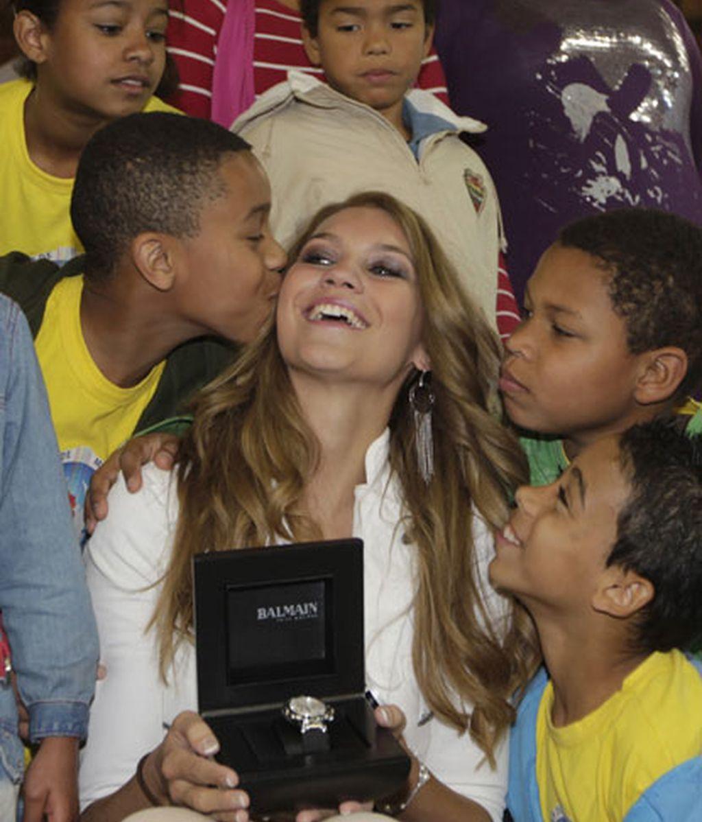 Miss Suiza con los niños