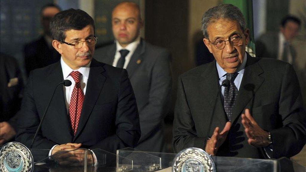 El ministro turco de Exteriores, Ahmet Davutoglu (i), y el secretario general de la Liga Árabe, Amro Musa, en una rueda de prensa al término de la reunión celebrada hoy en El Cairo. EFE