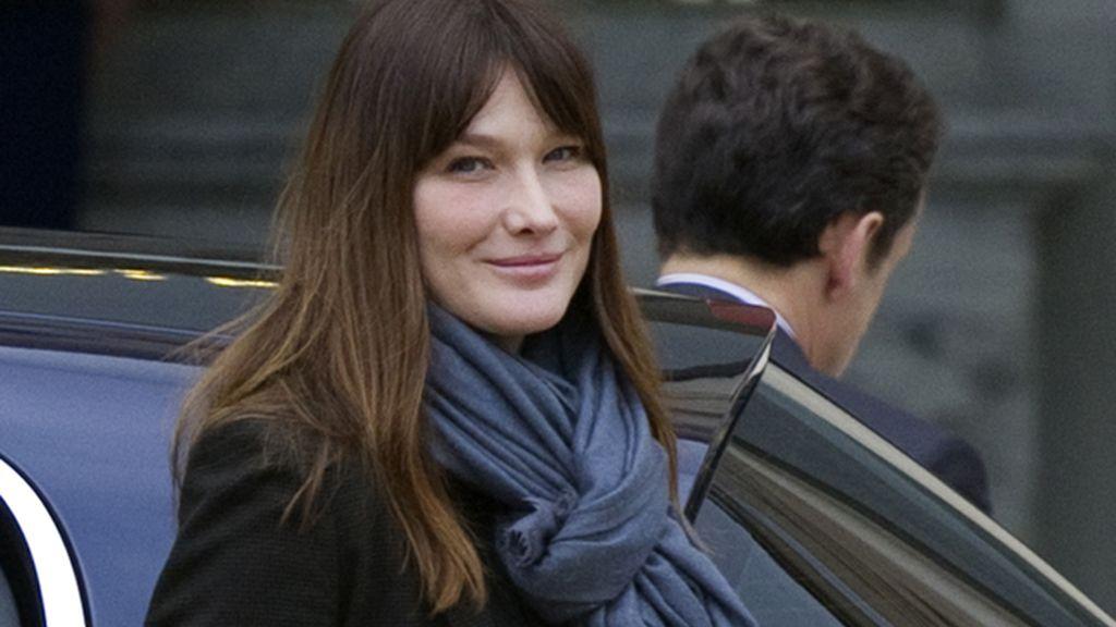 Carla Bruni sale del colegio electoral en París