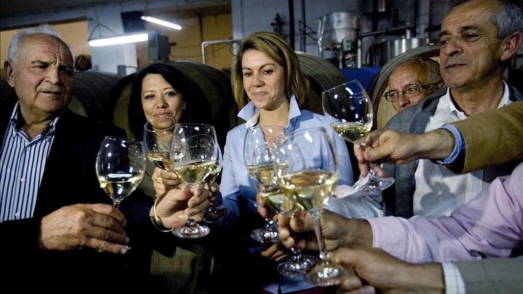 La secretaria general del Partido Popular y candidata a la Presidencia de Castilla-La Mancha, María Dolores Cospedal (c), mantuvo un encuentro con empresarios agropecuarios y vitivinícolas en Mondéjar (Guadalajara). EFE