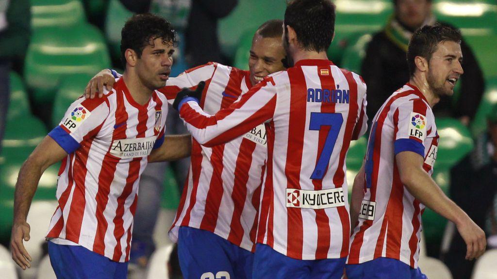Diego Costa es felicitado por sus compañeros tras marcar al Betis en la Copa del Rey