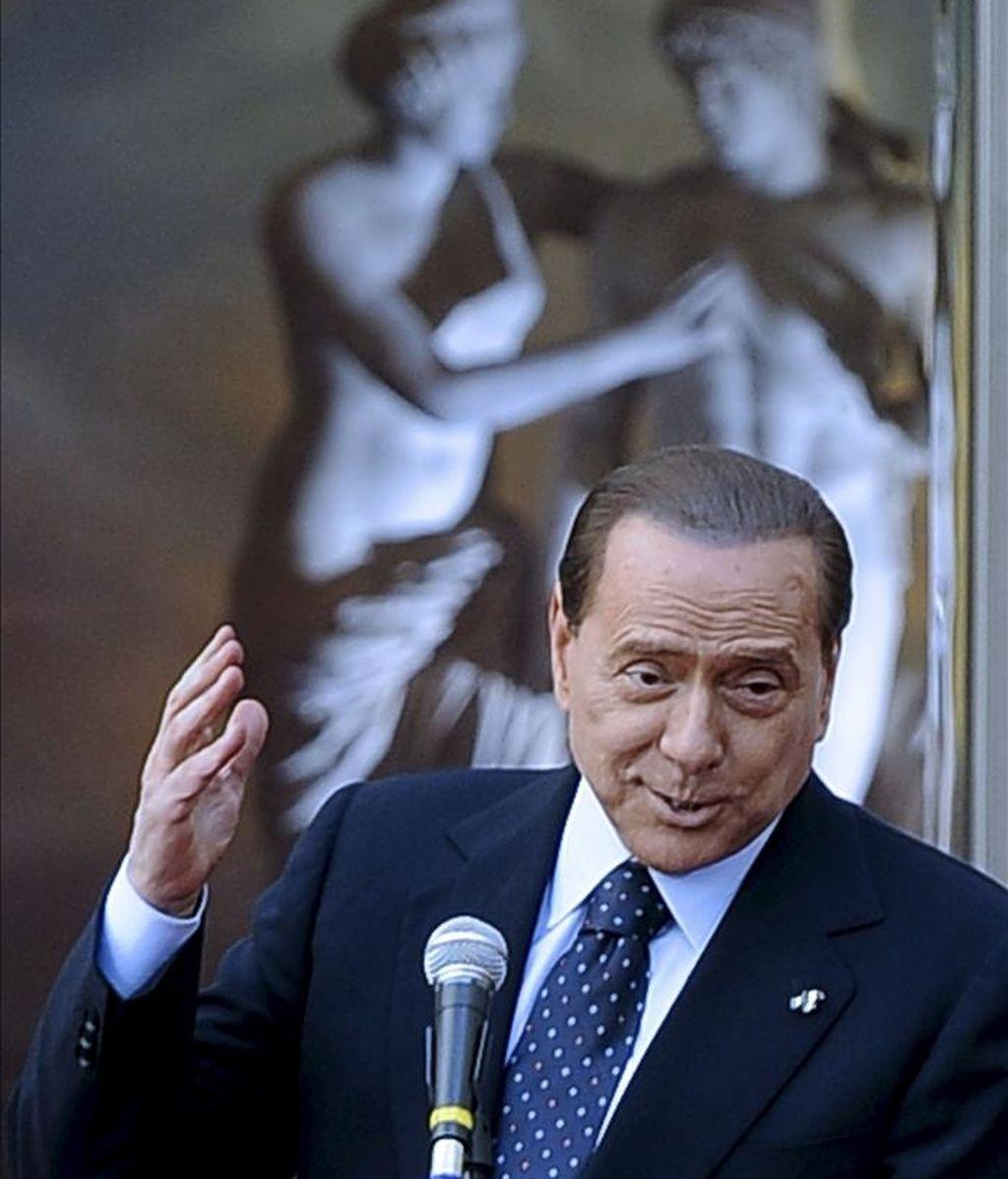 """El primer ministro italiano Silvio Berlusconi ofrece un discurso durante la ceremonia de entrega del premio """"Giovani Eccellenze"""", parte del proyecto """"Campus Mentis"""", en el palcio Chigi de Roma, Italia. EFE"""