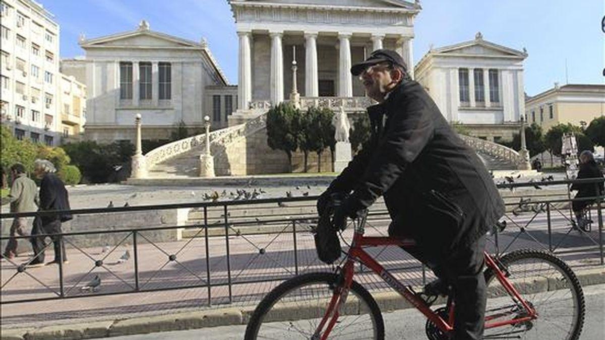 Un hombre monta en bici por Atenas (Grecia), durante una jornada de huelga. EFE/Archivo