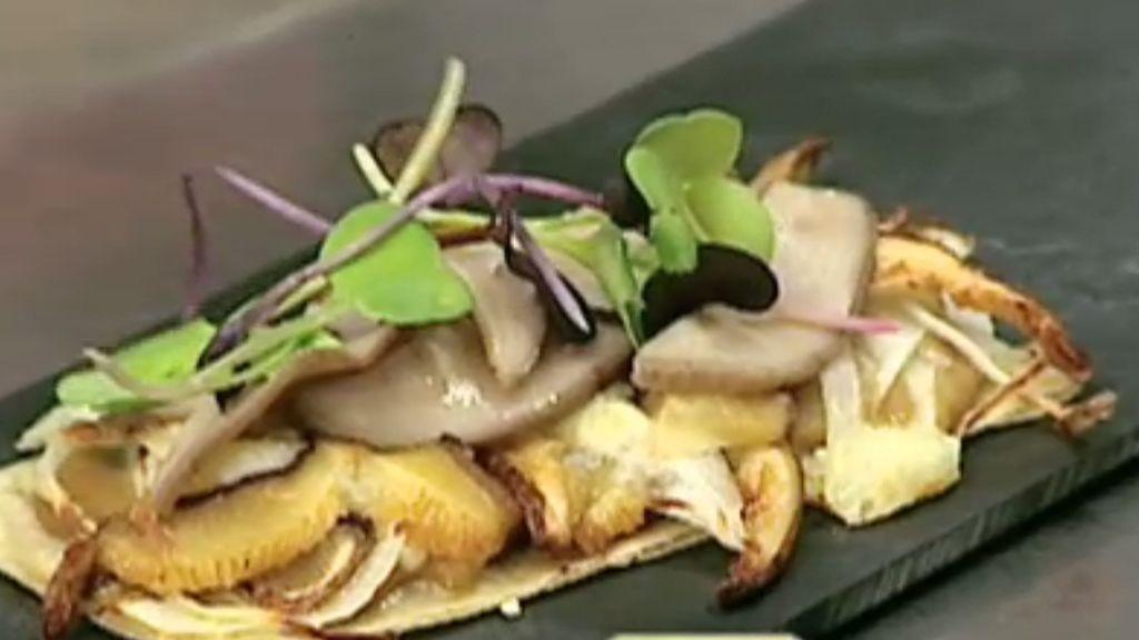 Íñigo Lavado cocina una tosta de hongos en su restaurante 'Singular Food'