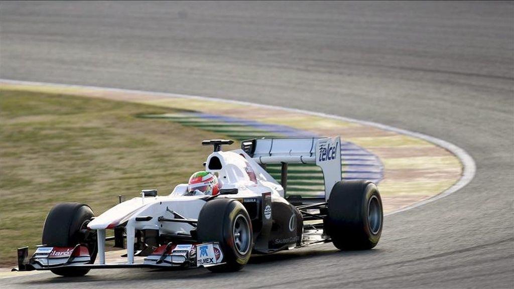 El piloto mexicano del equipo Sauber, Sergio Pérez, traza una curva con el nuevo C30 en el circuito Ricardo Tormo de Cheste (Valencia) en la segunda jornada de entrenamientos dentro de la pretemporada del Mundial 2011. EFE